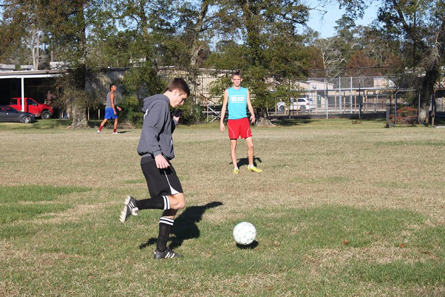 Senior+captain+Jacob+Thomas+practices+during+his+athletics+class.+